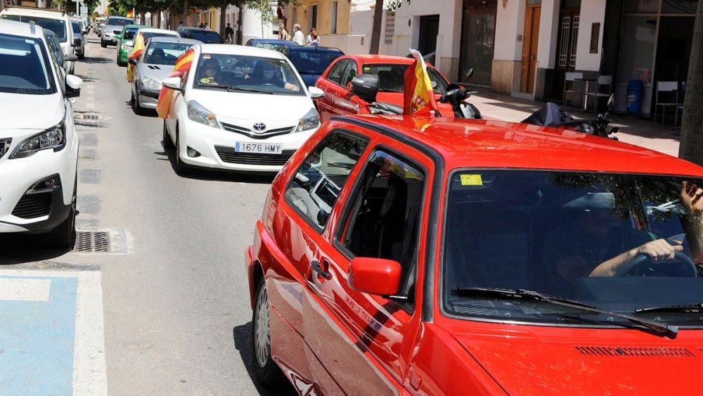 Vehículos durante la manifestación en el centro de Maó (Fotos: Tolo Mercadal)