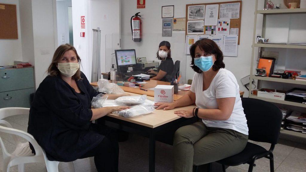 Un momento de la entrega del donativo (Foto: Càritas Menorca)