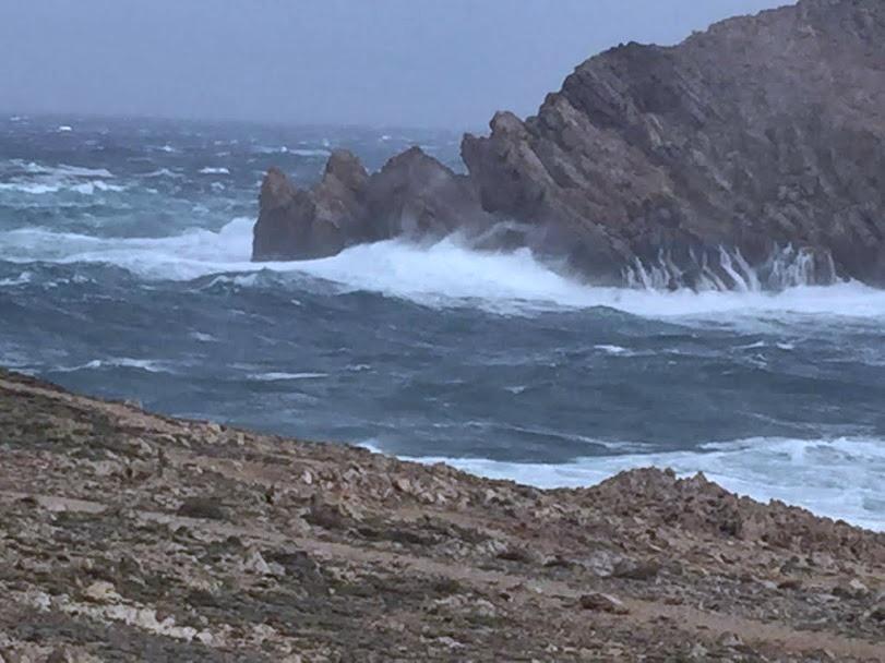 El fuerte viento originará olas que dificultarán el tráfico marítimo