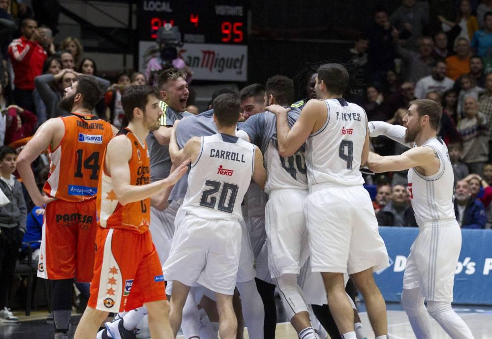 Llull, felicitado por sus compañeros tras el triple (Foto: ACB)