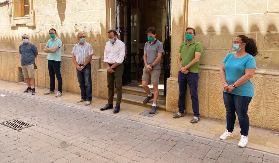Minuto de silencio en el Ayuntamiento de Alaior