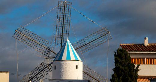 Molino de Sant Lluís y cielo tapado (Foto: Turismo de Menorca)