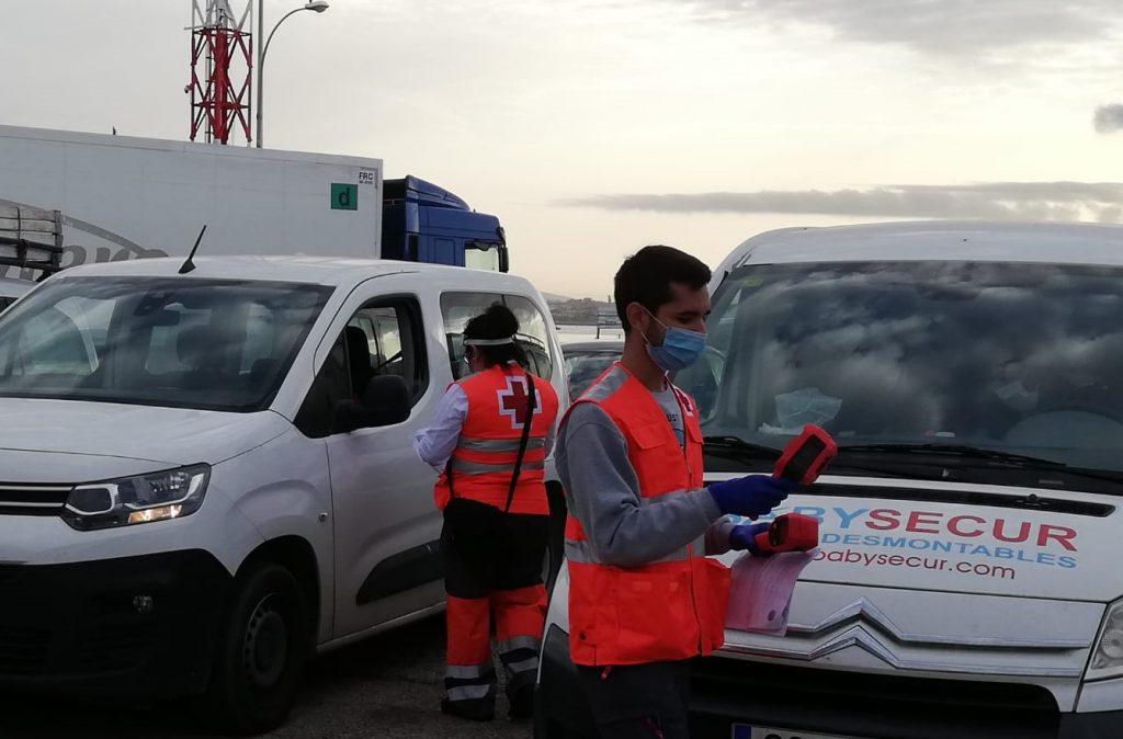 Personal de la Cruz Roja utilizando las cámaras termográficas