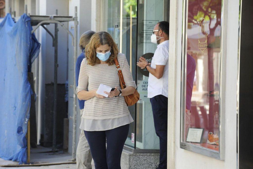 Gente con mascarilla en el centro de Maó (Foto: Tolo Mercadal)