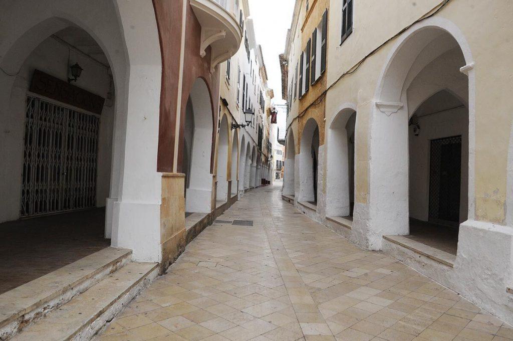 Una de las zonas comerciales de Ciutadella