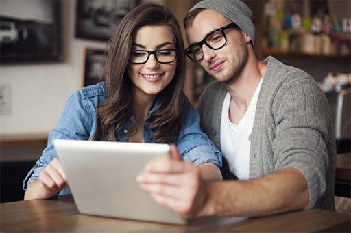 Una pareja leyendo.