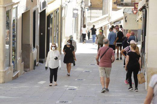 Gente paseando con mascarilla en el centro de Maó (Foto: Tolo Mercadal)