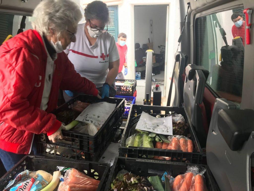 Voluntarios de la Cruz Roja repartiendo alimentos Imagen Creu Roja