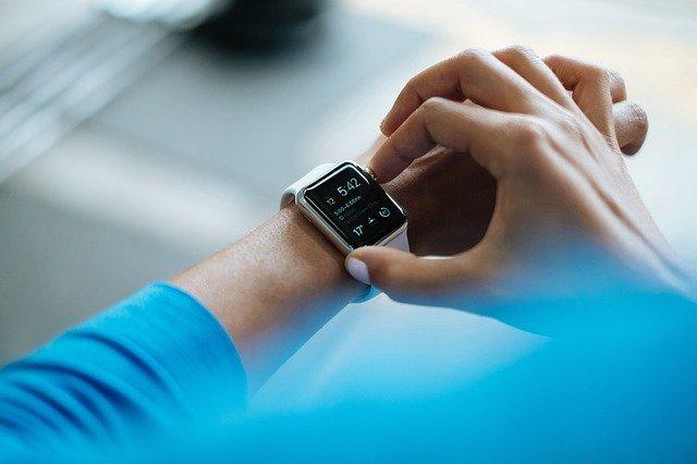 Este reloj te da la hora y te dice si te puede estar rondando un virus