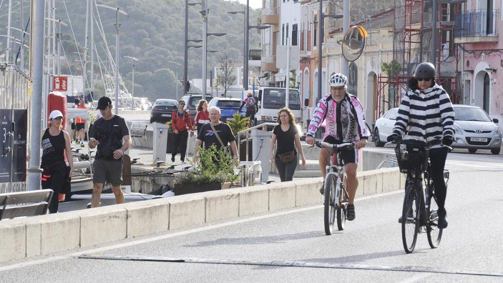 Gente haciendo deporte y paseando en el puerto de Maó (Foto: Tolo Mercadal)