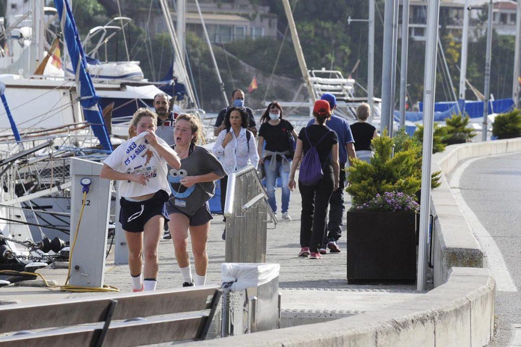 Gente paseando y corriendo por el puerto de Maó.