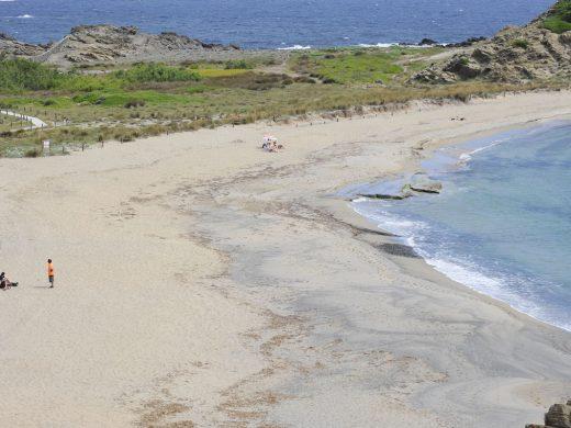 A la playa con prudencia el primer día de la fase 2 en Menorca