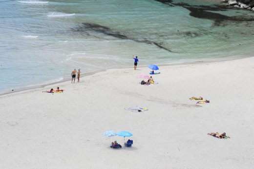 Gente en la playa de Cala'n Porter (Foto: Tolo Mercadal)