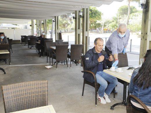 (Fotos) Ambiente en las terrazas de bares y cafeterías de Menorca