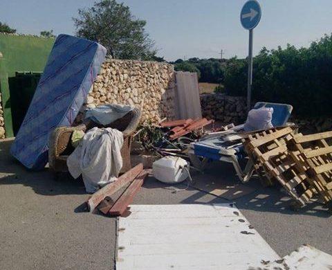 (Fotos) Trastos y basura se acumulan en Cala'n Porter