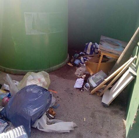 Maderas y basura junto a los contenedores.