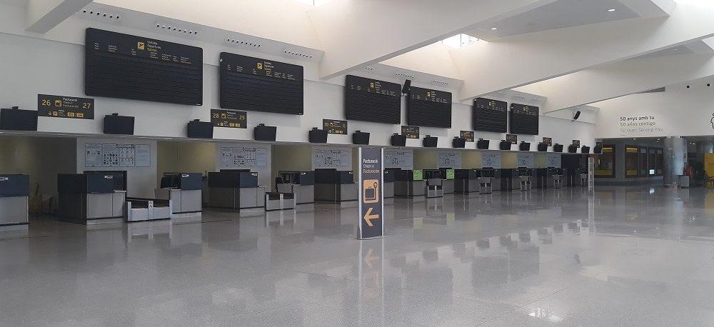 Terminal de salidas del Aeropuerto de Menorca completamente vacía.