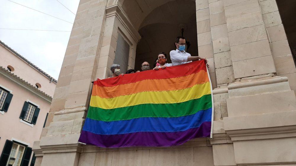 Maó con el Orgullo LGTBIQ+.