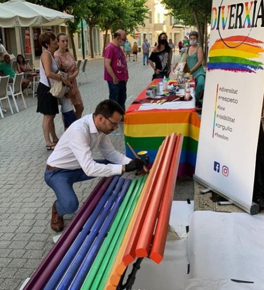 Ajuntament y la asociación Diverxia Menorca pintaron un banco de la calle Ses Moreres.
