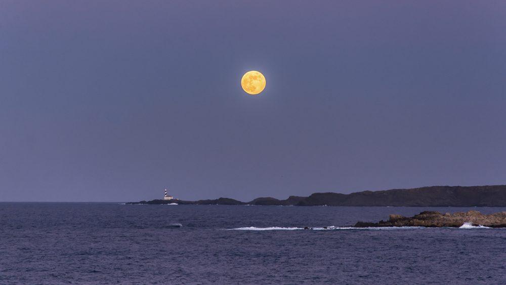 La luna, iluminando la costa de Menorca (Fotos: Mikel Llambías)