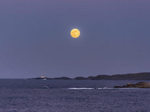 (Galería de fotos) Espectacular luna llena sobre el cielo de Menorca