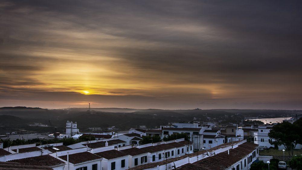 Imagen del amanecer captada desde Maó (Fotos: Mikel Llambías)