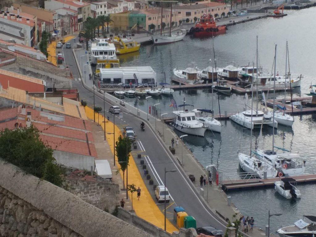 El nuevo camino amarillo del puerto de Maó (Foto: Tolo Mercadal)