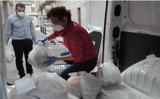 Voluntarios de Càritas reparten alimentos a las familias más necesitadas