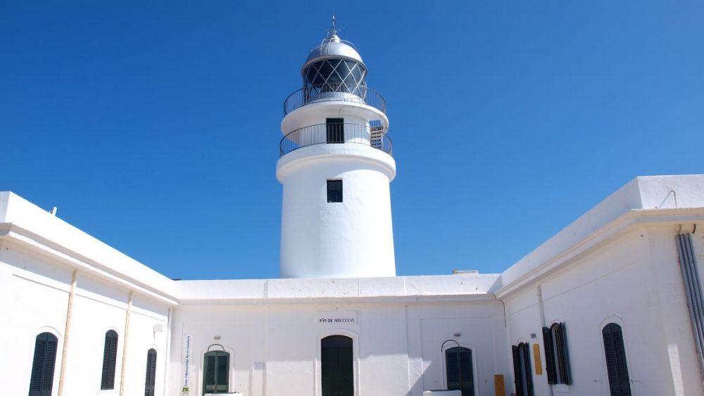 El centro se encuentra en el edificio anexo al faro más antiguo de Menorca