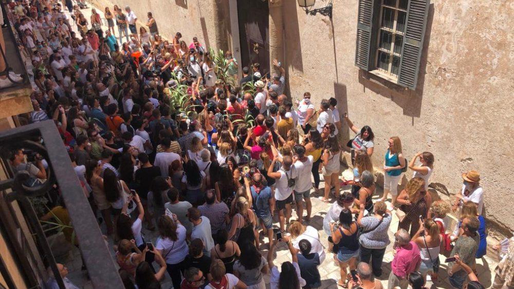 """Concentración de gente en casa del """"caixer senyor"""" (Foto y vídeo: Tolo Mercadal)"""