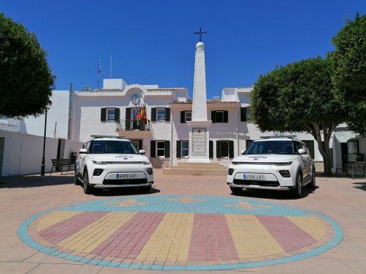 Imagen de los dos vehículos (Foto: Ajuntament de Sant Lluís)