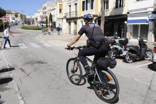 La Policía Local también ha vigilado el cumplimiento de las medidas (Foto: Tolo Mercadal)