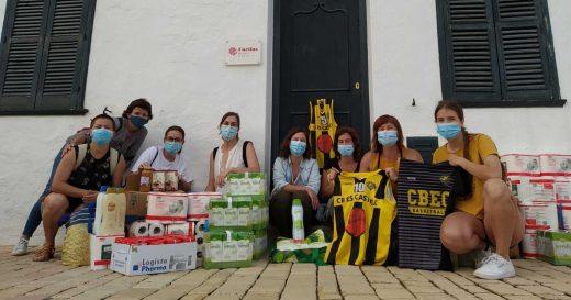 Las jugadoras, junto al lote de productos (Foto: CB Es Castell)