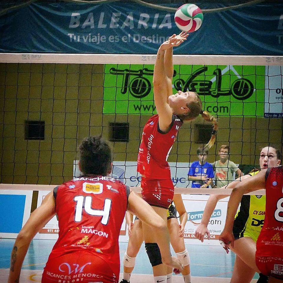 Maria Sanchís, durante un partido del Avarca (Foto: Vòlei Ciutadella)