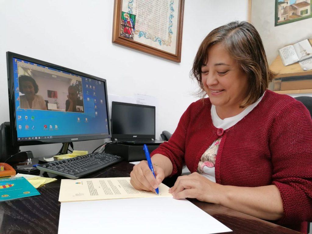 Momento de la firma entre la alcaldesa, Carol Marqués, y la consellera Fina Santiago