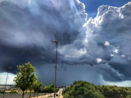 Nubes esta mañana en el polígono de Maó (Foto: @Meteo_Menorca)