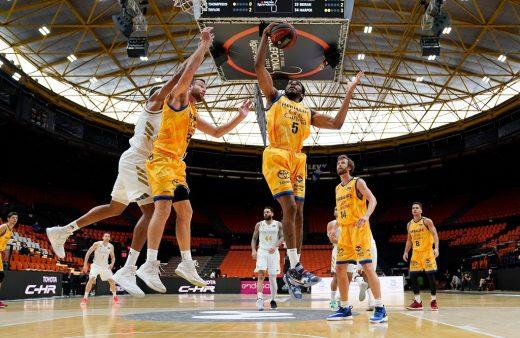 Okoye recoge un rebote durante el partido (Foto: ACB Photo)