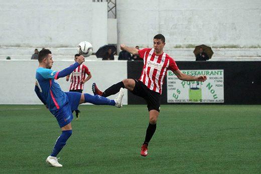 Raúl Marqués trata de alcanzar un balón (Foto: deportesmenorca.com)
