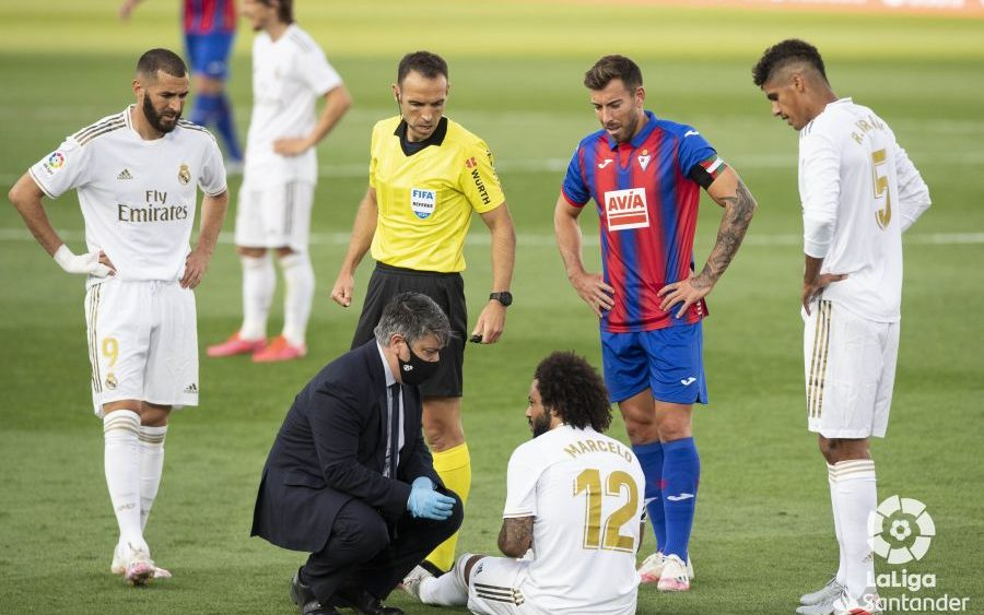 Sergi Enrich, con Marcelo tendido en el suelo.