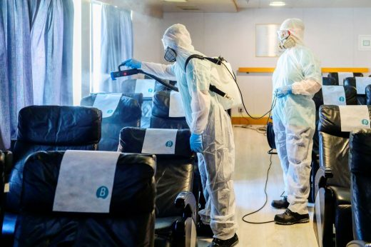 Tareas de limpiza en un buque de Baleària