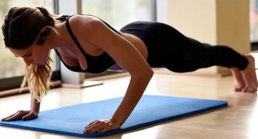 Una mujer haciendo ejercicio físico.