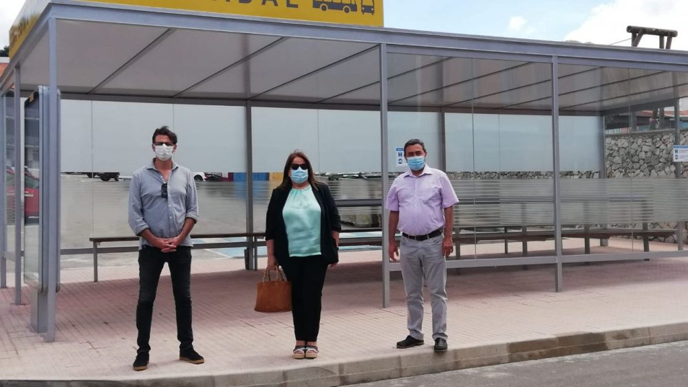 Las autoridades, junto a la nueva marquesina (Fotos: Ajuntament d'Es Mercadal)