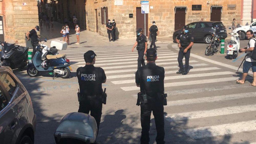 Policías vigilan que no se formen aglomeraciones (Foto: Tolo Mercadal)