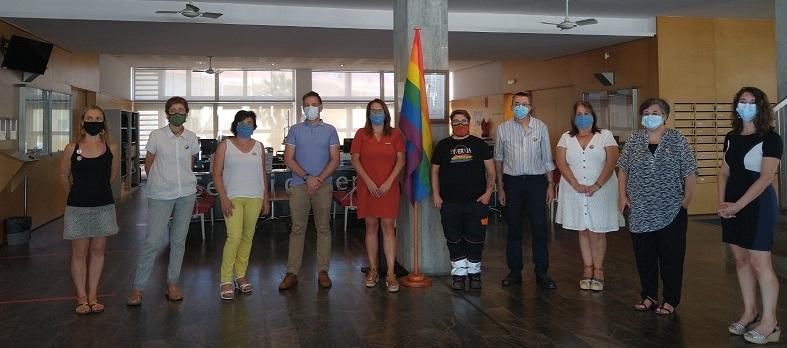La bandera, junto a las autoridades (Foto: Consell Insular)