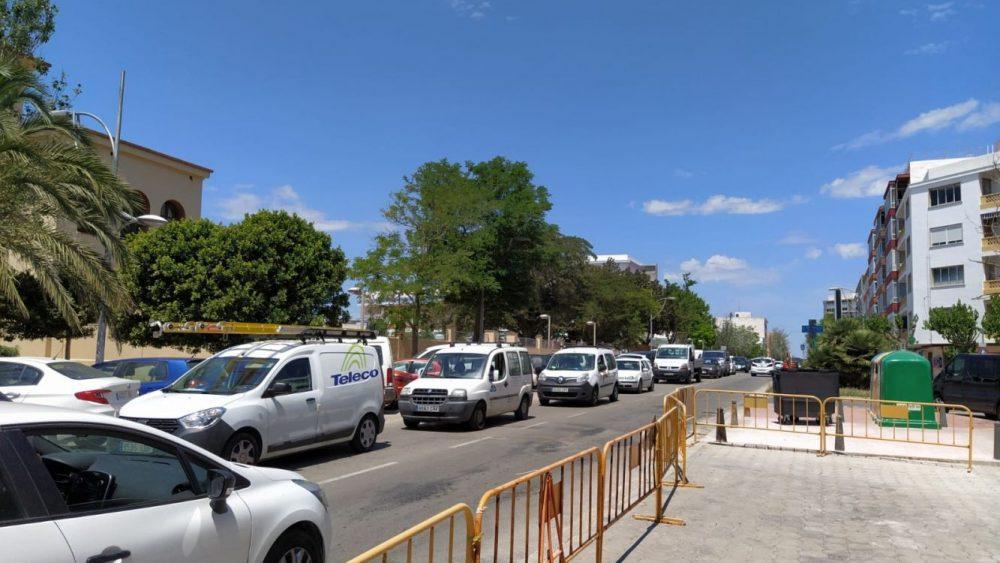 Complicaciones en el tráfico en la calle Vives Llull (Foto: J.R.)