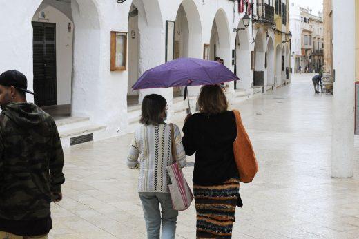 Gente que paraguas en Ciutadella (Foto: Tolo Mercadal)