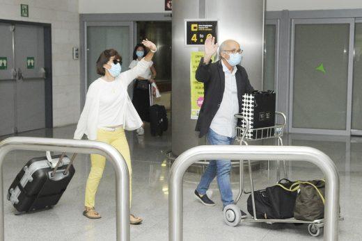 Turistas llegando al aeropuerto de Menorca (Foto: Tolo Mercadal)
