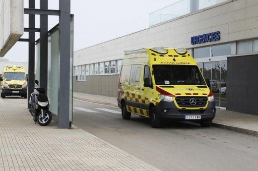 Una ambulancia en el Mateu Orfila.