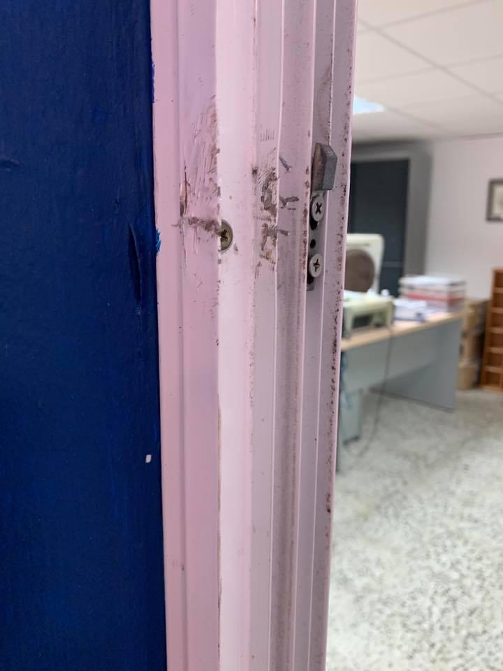 Imagen de una de las puertas forzadas (Foto: CB La Salle Mahón)