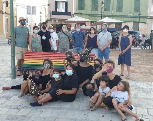 Fotografía junto al banco tras el acto (Foto: Ajuntament de Ciutadella)